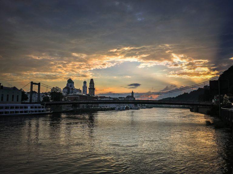 Dramatischer Himmel über Dom Passau