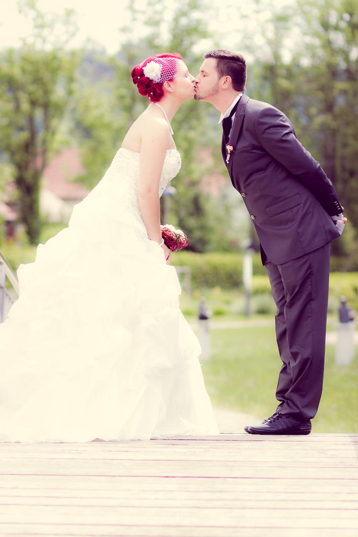 Schöne Hochzeitsfotos auf der Brücke
