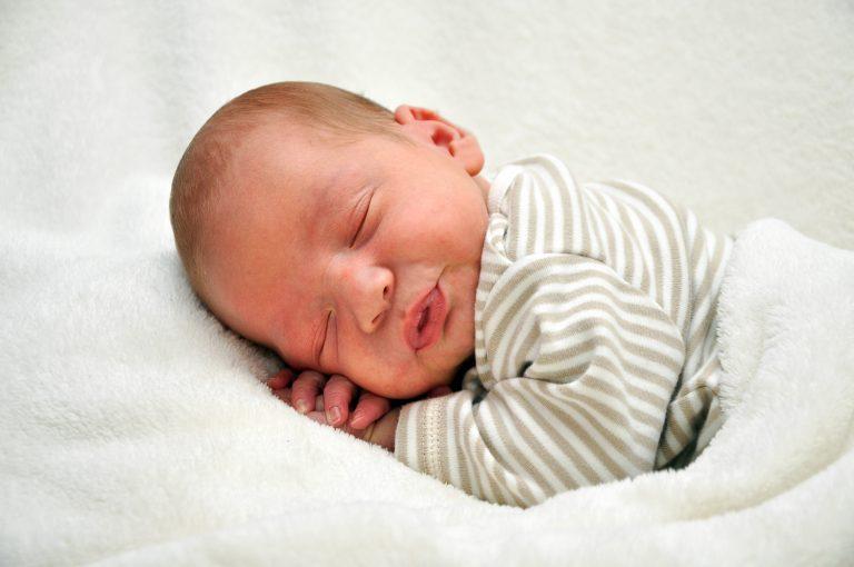 Neugeborenenfotos Weihnachten