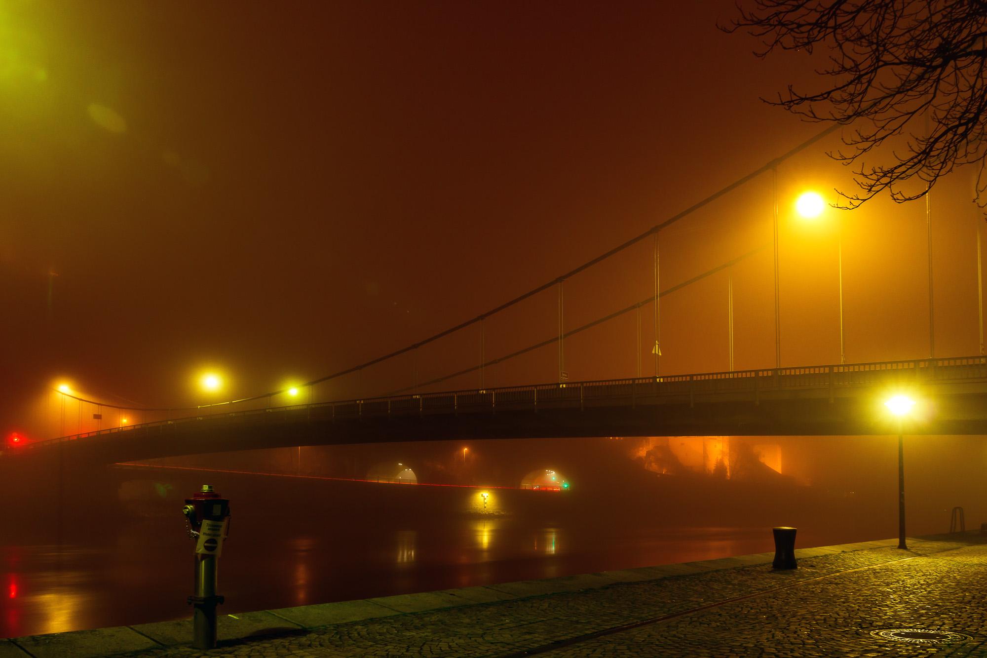 Hängebrücke in Passau im Nebel
