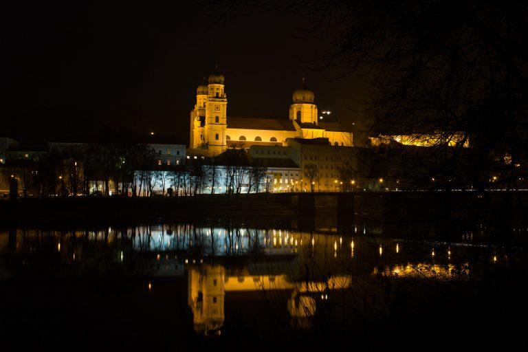 Nachtaufnahme vom Dom in Passau