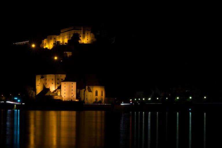 Oberhaus und Unterhaus bei Nacht in Passau