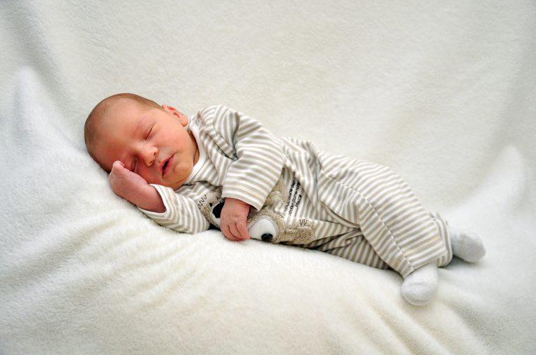 Puristische Neugeborenenfotografie
