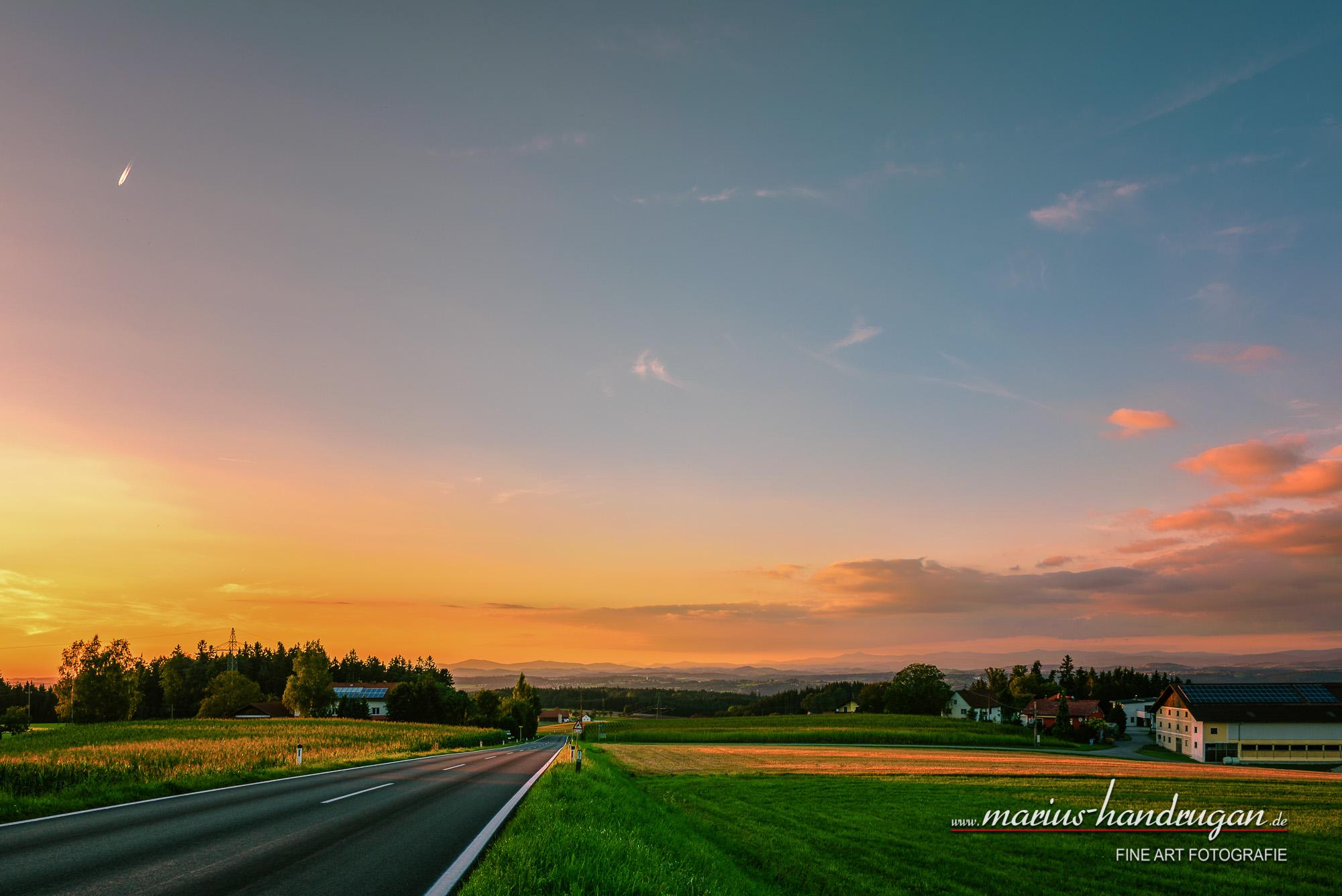 Sonnenuntergang mit unendliche Straße